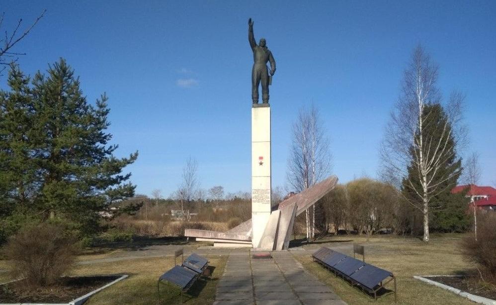 Сотрудники колонии и осужденные отреставрировали памятник Михаилу Шаронову в Форносово