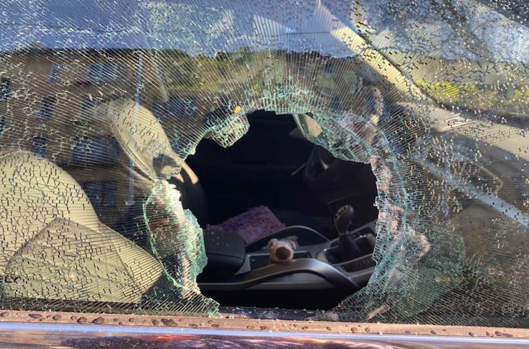 Нетрезвый дебошир с кирпичем разгромил магазин на Ленинском и припаркованную авто
