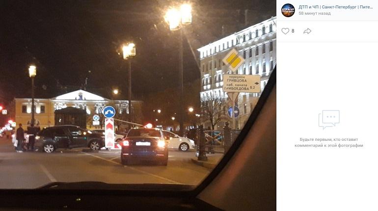 На Сенной площади иномарка в ДТП повалила светофор на машину