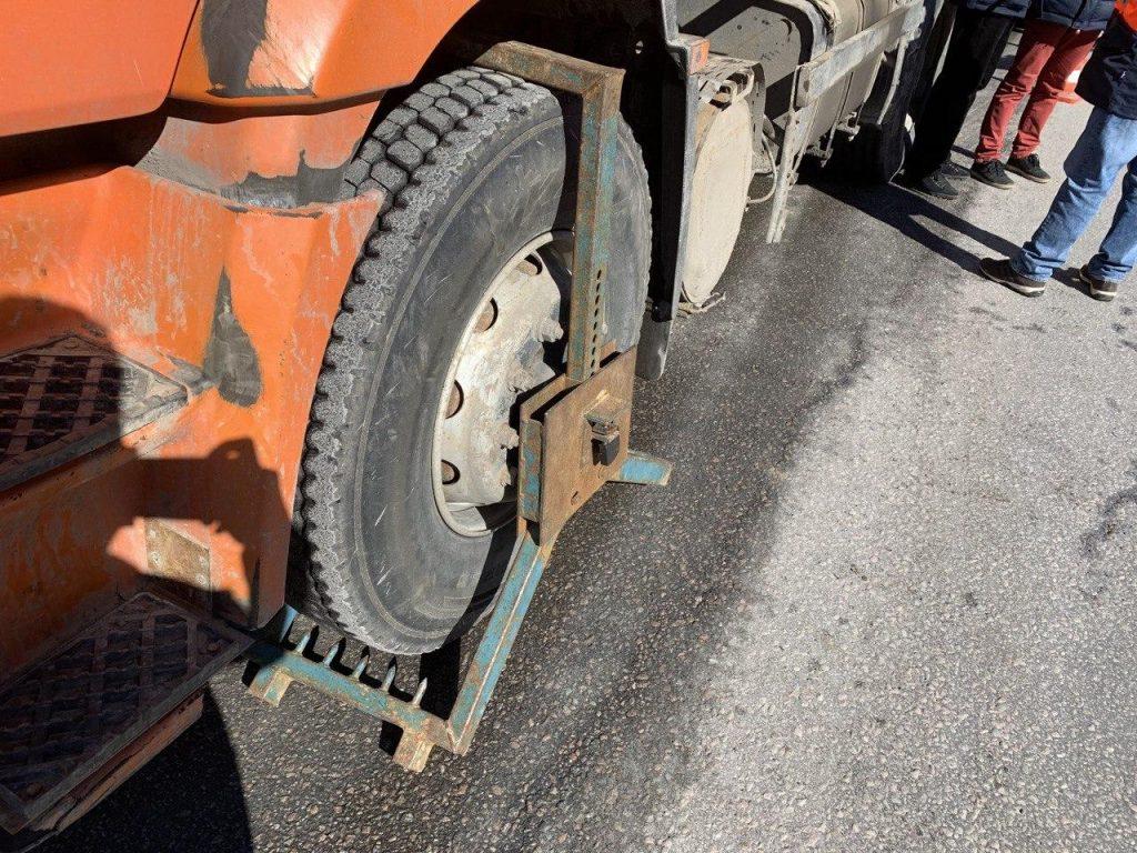 Строгие меры для нарушителей: большегрузы на дорогах Ленобласти блокируют шипами