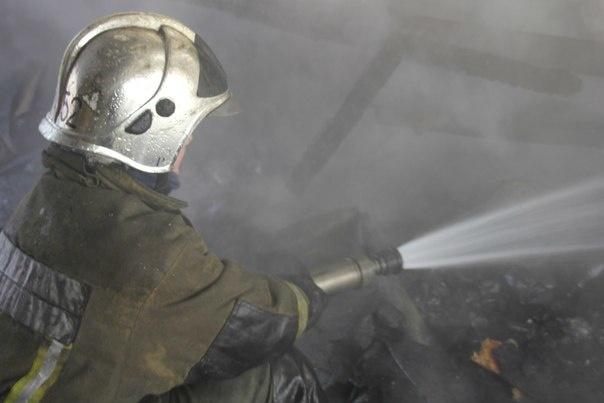 В Тихвине всю ночь тушили пожар на 2000 «квадратах»