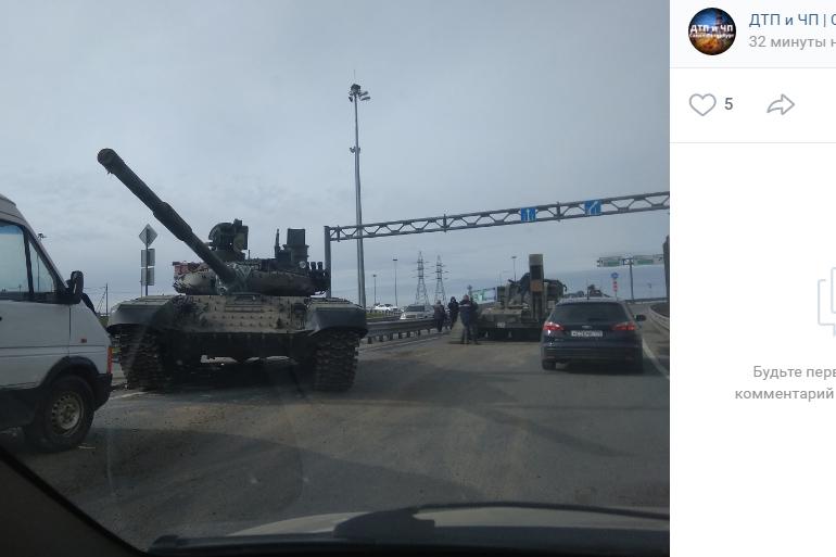 Танк перегородил дорогу петербуржцам на КАД: он скатился с трала
