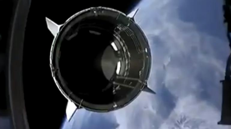 Первая ступень ракеты Falcon 9 приземлилась на платформе в океане