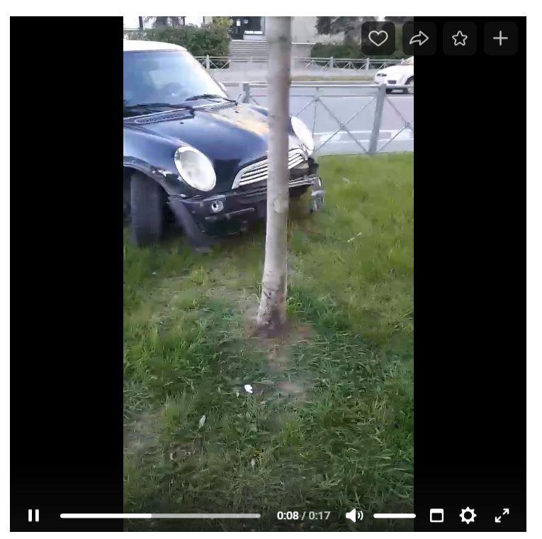 Мужчина на Mini на Левашовском снёс ограждение и бросил машину
