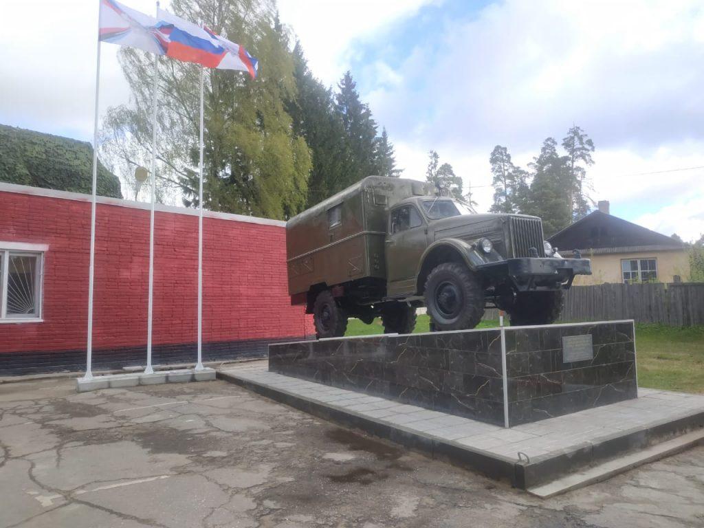 Военные ЗВО установили памятник ГАЗ-63 в Ленобласти