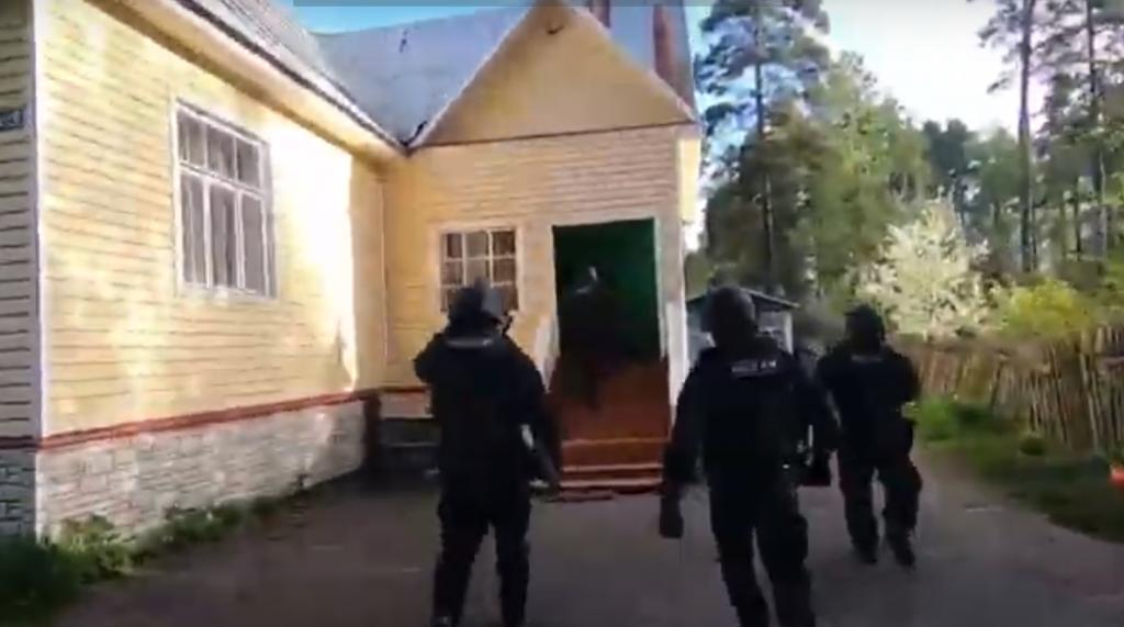 Наркотики и оружие: полиция опубликовала видео рейда в поселениях цыган в Ленобласти