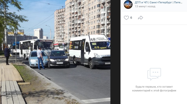 На проспекте Ветеранов две легковушки не поделили проезжую часть