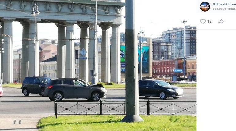 У Московских ворот два автомобиля не поделили проезжую часть