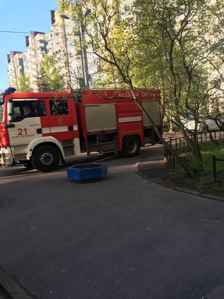 На Северном проспекте загорелась квартира, спасатели на месте