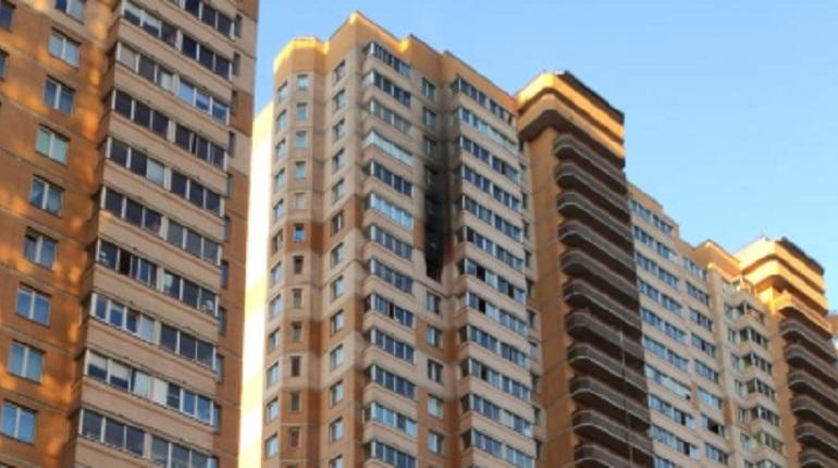 В Мурино при пожаре в квартире 32 человек эвакуировали по маршевой лестнице