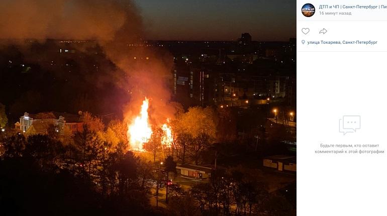 Улицы Сестрорецка осветил ночной пожар в заброшенном доме