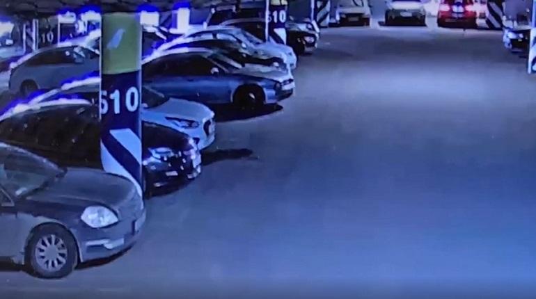 Полиция показала видео похищения иномарки с помощью эвакуатора в Ленобласти