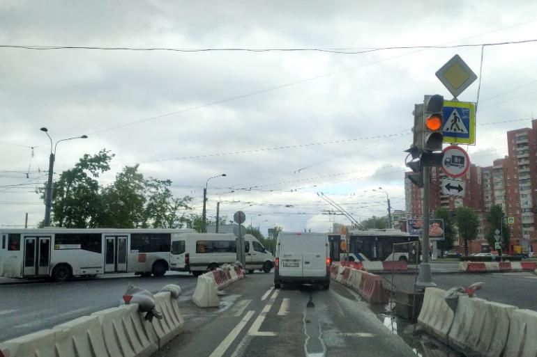 Неработающий светофор спровоцировал пробку на Маршала Жукова
