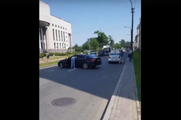 Очевидцы: спорящие автолюбители перегородили дорогу на Бассейной и образовали пробку