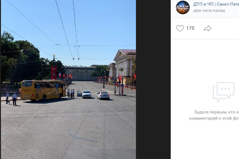 В самый неподходящий момент: автобус застрял у Дворцовой площади перед началом парада
