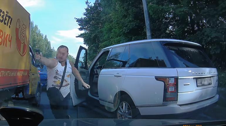Директор петербургской строительной фирмы получил уголовное дело за стрельбу по машине