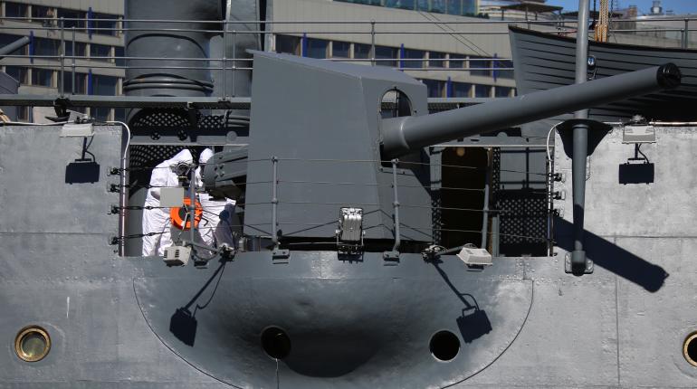 Военные дезинфицировали крейсер «Аврора»: фоторепортаж «Мойки78»