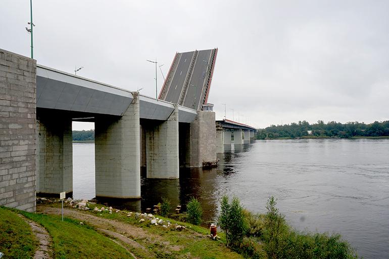 Движение по трассе «Кола» ограничат из-за разводки Ладожского моста