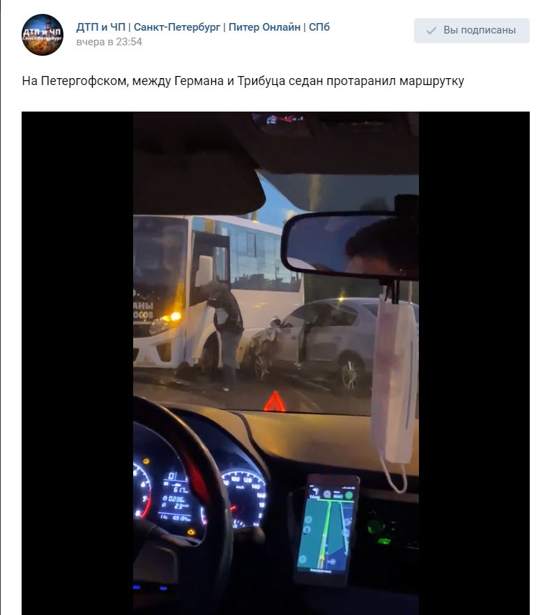 На Петергофском шоссе седан влетел в маршрутку