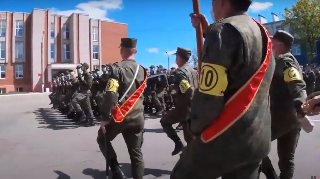Дистанция в строю и грозная техника: Минобороны потрясло военной мощью в Горелово