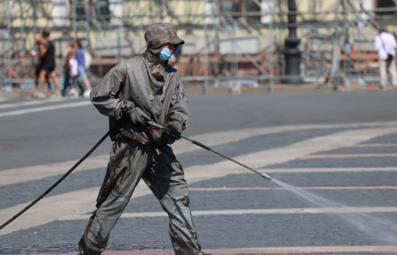 Военные продезинфицировали центр Петербурга перед Днем ВМФ