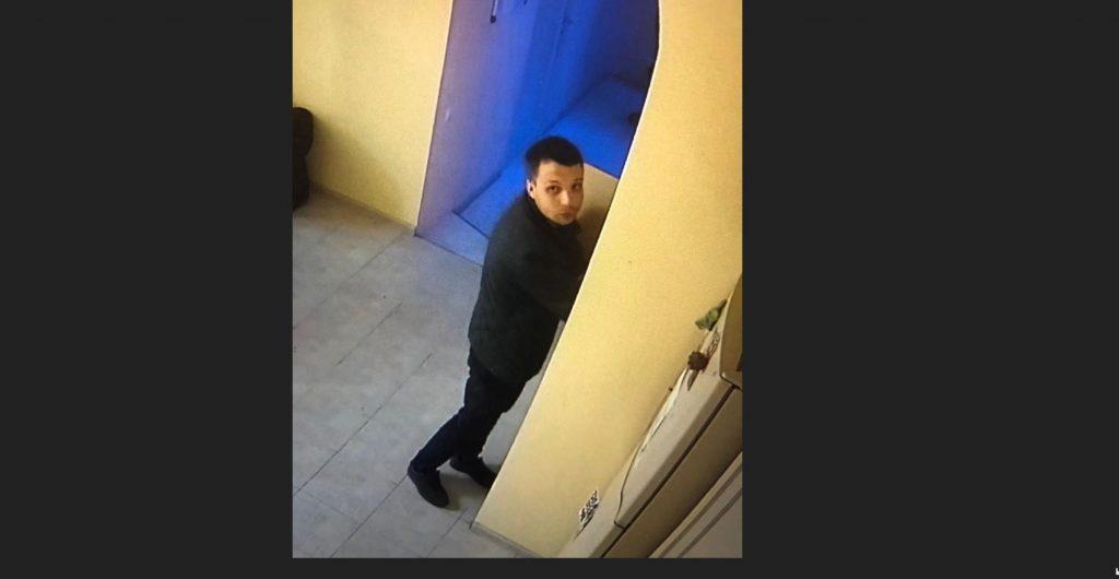 Житель Новосибирска украл из квартиры 100 тысяч, разобрав стену в подъезде у двери