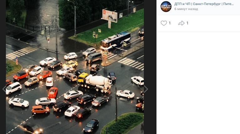 Гроза «выключила» два светофора в Петербурге: на Королева произошел транспортный коллапс