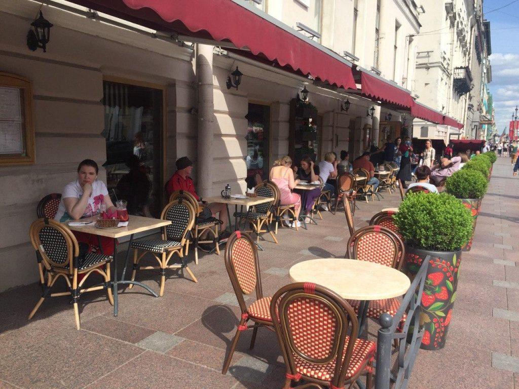 Власти Петербурга собираются продлить на 2021 год упрощенный порядок согласования летних кафе
