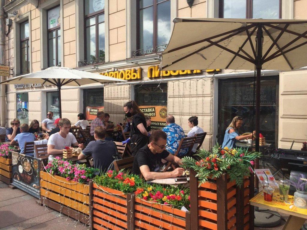 200 летних кафе получили разрешения на работу в Петербурге по упрощенной схеме
