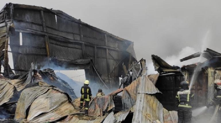 Пожар в ангарах на Пискаревском проспекте локализовали