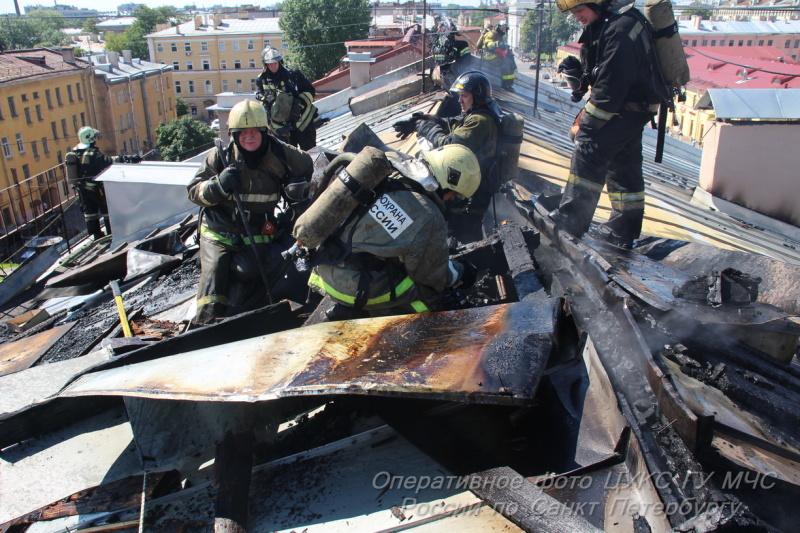 Тушение пожара на крыше дома. Фото: архивное фото МЧС России.