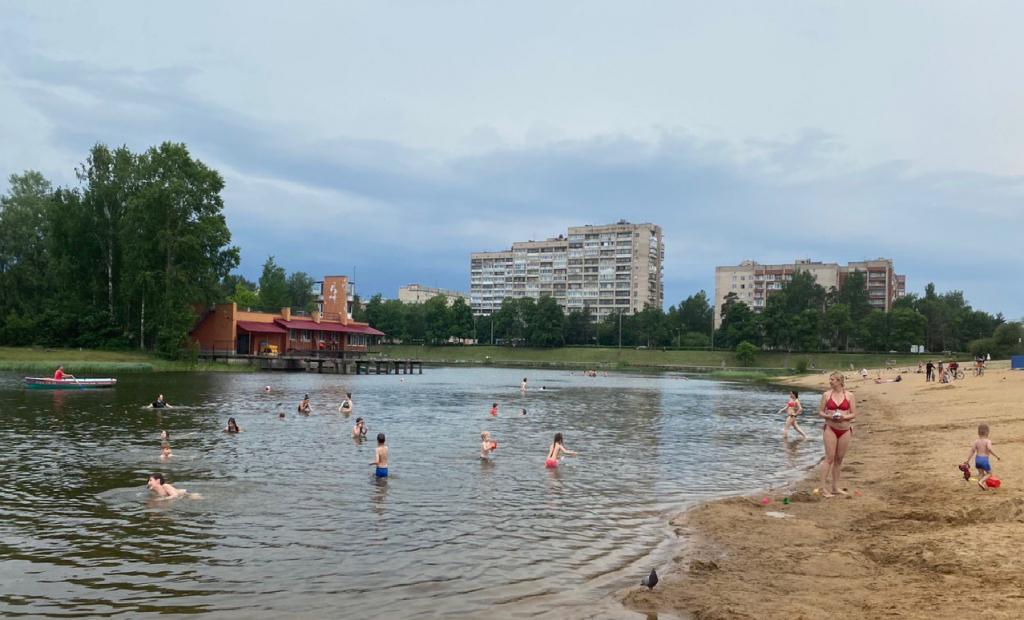 Подготовка пляжей Петербурга идет полным ходом: чистят дно, ограничивают зоны купания, берут пробы песка