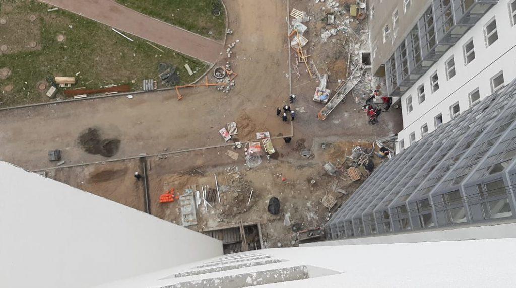 После падения люльки с рабочими на стройке в Новогорелово возбудили уголовное дело