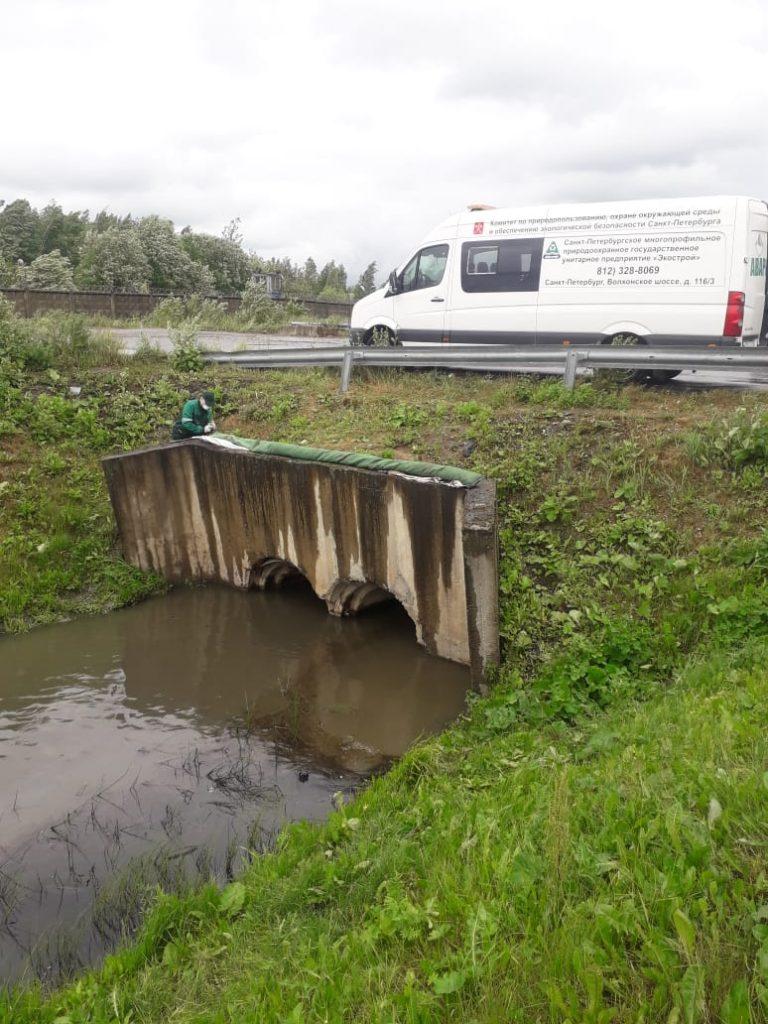 Люки с нефтью и «радуга» на Смоленке: экологические службы получили более 150 обращений за неделю