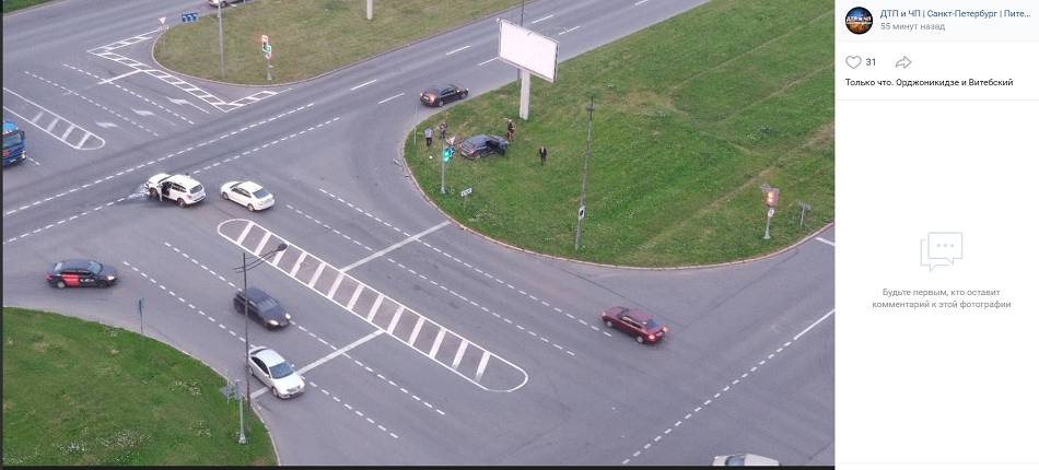 На пересечении Орджоникдзе и Витебского после аварии легковушка вылетела на газон