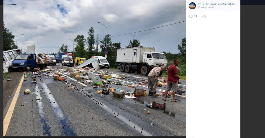 Столкновение маршрутки и грузовика в Ушаках привело к завалу дороги фруктами