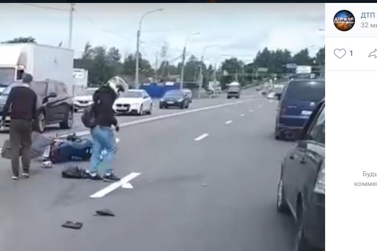 Очевидцы: на Выборгском шоссе мотоциклист сбил женщину