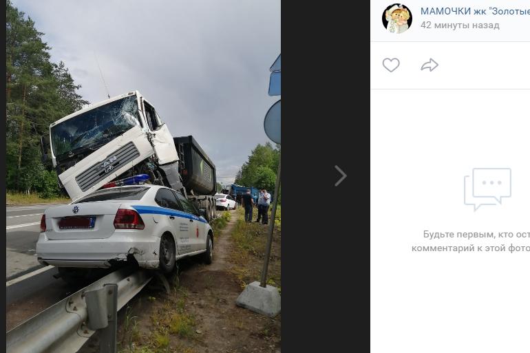 На Выборгском шоссе произошла массовая авария с автомобилем полиции