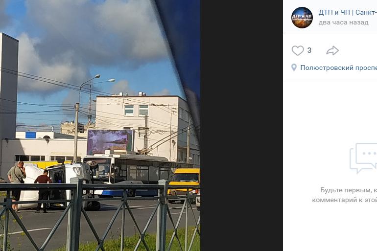 Автомобиль опрокинул ГАЗель на перекрестке Полюстровского и Блюхера