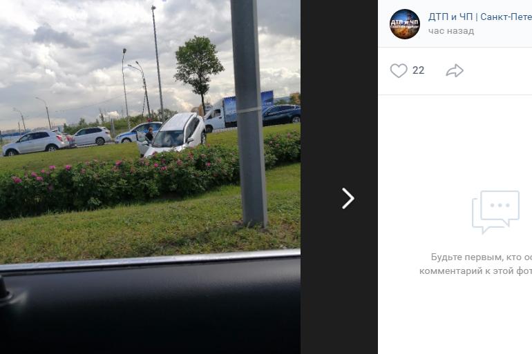 На Пулковском шоссе ДТП унесло иномарку в кювет: копится пробка