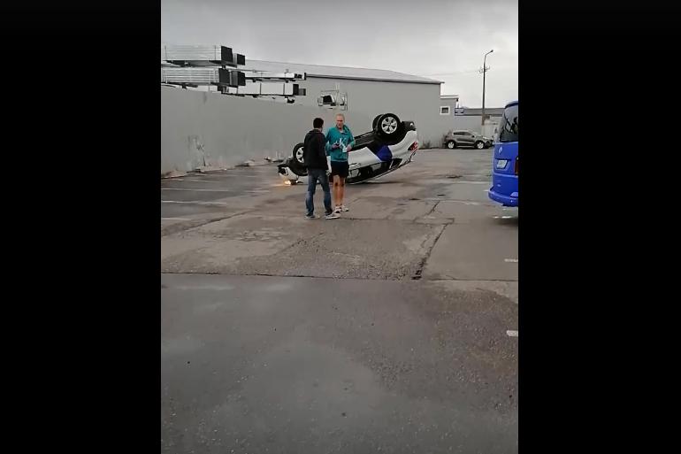 Молодой человек в бирюзовой куртке сбежал от прилегшего на крышу каршеринга