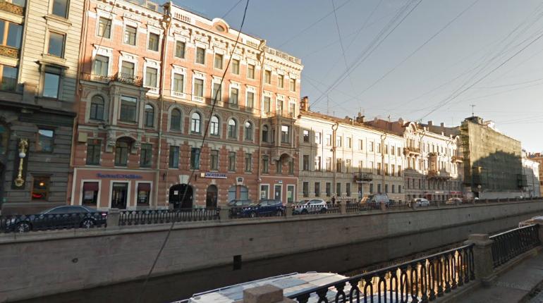 Росгвардейцы спасли тонувшего в канале Грибоедова мужчину, купальщика передали врачам