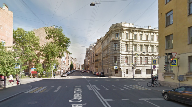В центре Петербурга Mercedes влетел в остановку, пострадала женщина