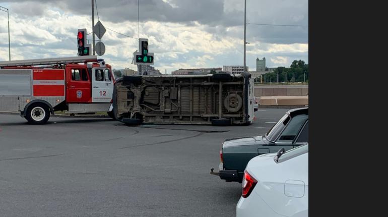 Под мостом Александра Невского опрокинулся микроавтобус, его приняли за маршрутку