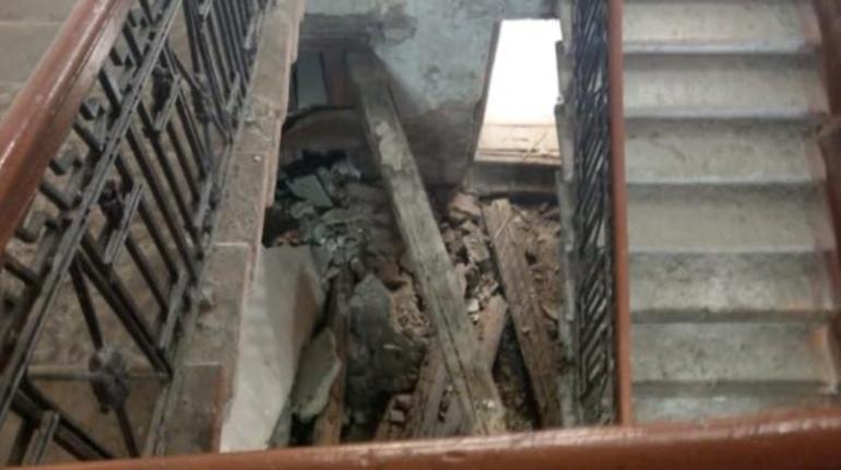 В доме на Мончегорской, 10Б обрушили лестницу — планово