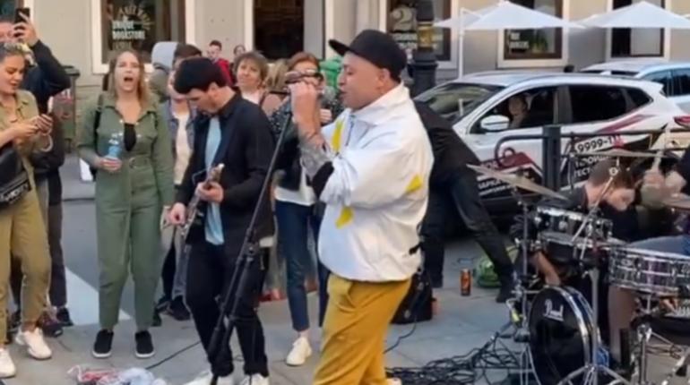 Рома Зверь дал импровизированный концерт на Невском