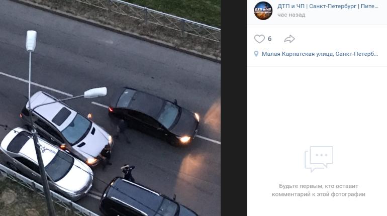Mercedes влетел в припаркованное авто в Купчино