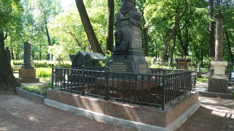 Надгробный памятник Достоевскому отреставрировали к его 200-летию