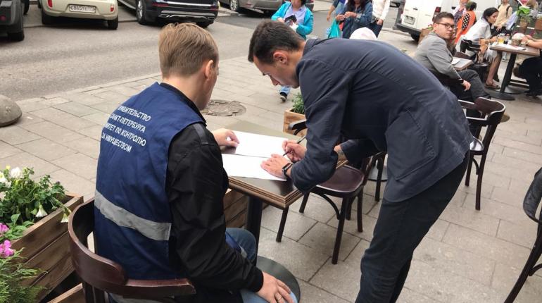 В Петербурге нашли десятки нелегальных летних кафе, улица Рубинштейна — среди лидеров