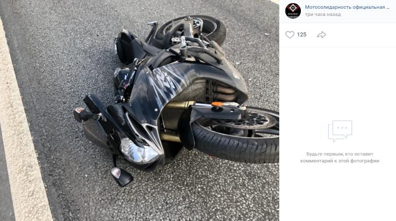 Двое слетели с мотоцикла после удара иномарки на КАД, погибла девушка